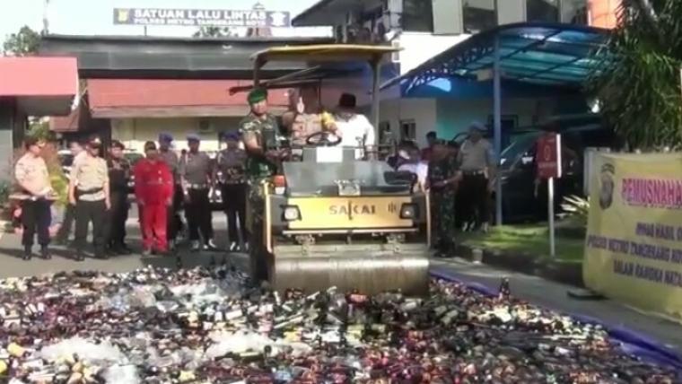 Ribuan botol minuman keras dimusnahkan jajaran Polrestro Tangerang. (Foto: TitikNOL)