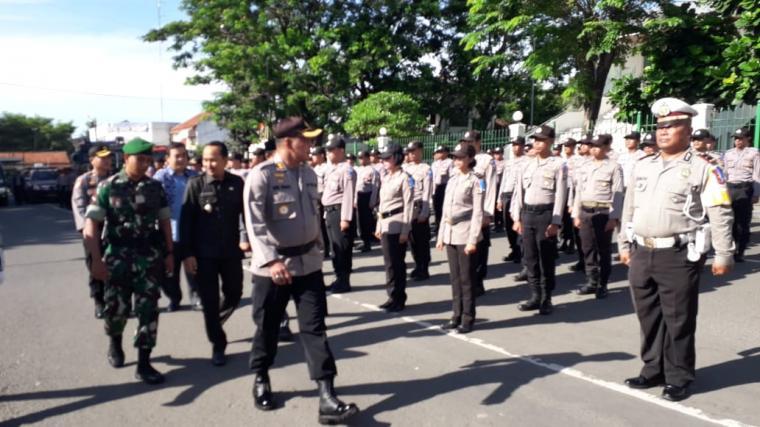 AKBP Dani Arianto Kapolres Lebak saat melakukan pemeriksaan personel Operasi Lilin Kalimaya 2018. (Foto: TitikNOL)