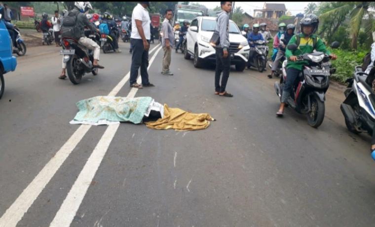 Pengendara motor Honda Vario A 6029 GD yang tewas terlindas truk Mitsubishi Colt diesel B 9317 VDA, di Jalan Raya Serang - Cilegon, Desa Pejaten, Kecamatan Kramatwatu, Selasa (4/12/2018). (Foto: TitikNOL)
