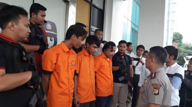 Komplotan rampok asal Sukabumi saat diinterogasi Kapolres Tangsel AKBP Ferdy Irawan. (Foto: TitikNOL)