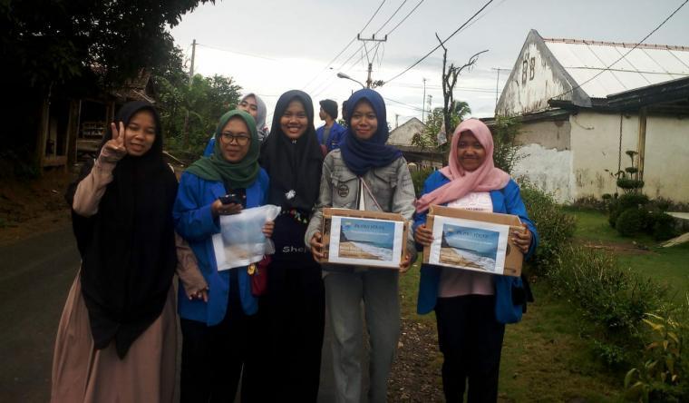 Sejumlah mahasiswa yang tergabung di PMII Lebak Selatan melakukan penggalangan dana bantu korban tsunami. (Foto: TitikNOL)