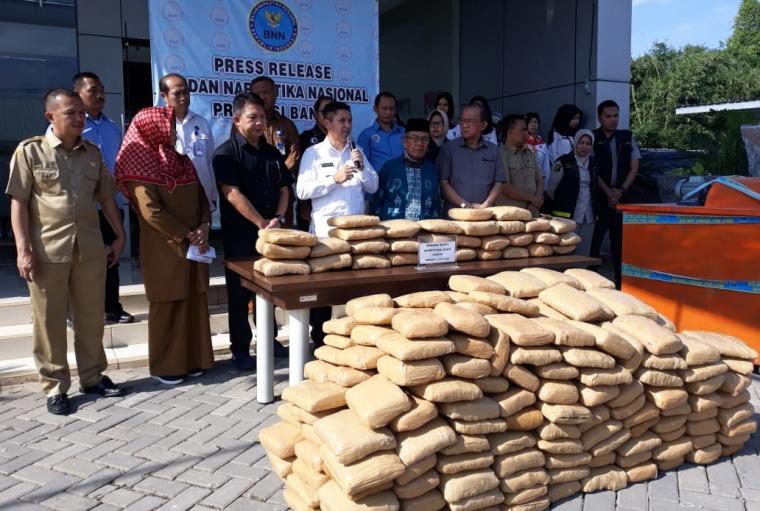 Tumpukan ganja yang dibungkus dalam plastik warna coklat sebanyak 355 kilogram yang diamankan BNN Banten. (Foto: TitikNOL)