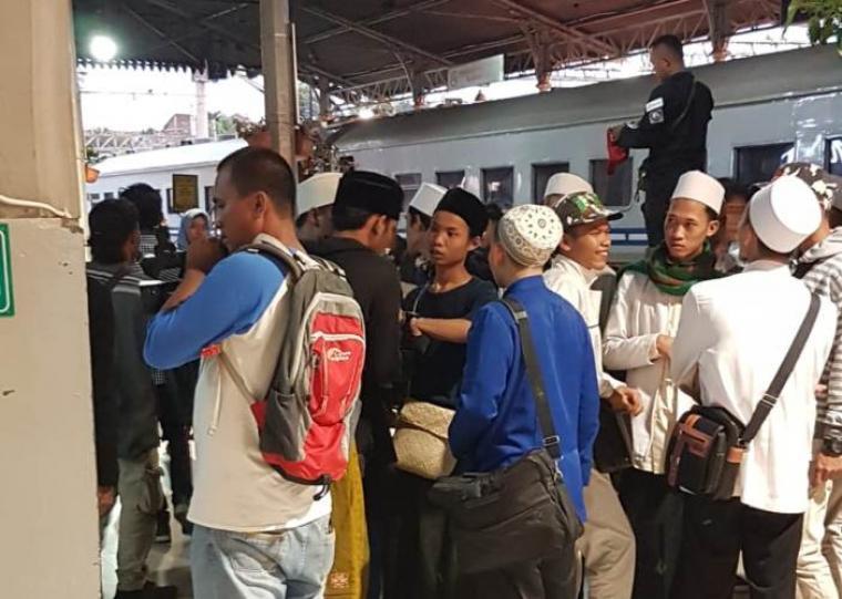 Sejumlah massa aksi dari Banten yang akan mengikuti reuni 212 di Lapangan Monas Jakarta, mulai berangkat melalui Stasiun Rangkasbitung dan Citeras. (Foto: TitikNOL)