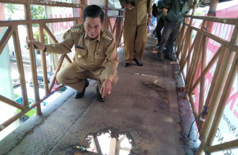 Walikota Serang Syafrudin memantau langsung Jembatan Penyebrangan Orang (JPO) di Jalan Ahmad Yani, Ciceri, Kota Serang, Senin (17/12/2018). (Foto: TitikNOL)
