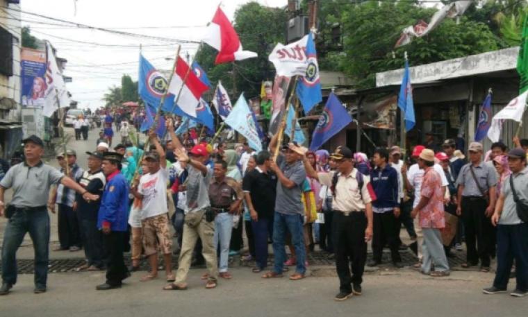 Ratusan mantan buruh PT Sandratex saat demo tuntut hak uang pesangon. (Foto: TitikNOL)