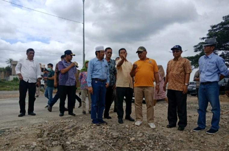 Plt Walikota Cilegon saat meninjau Jalan Lingkat Selatan di Lingkungan Jerenong yang kembali bisa dilalui kendaraan. (Foto: TitikNOL)