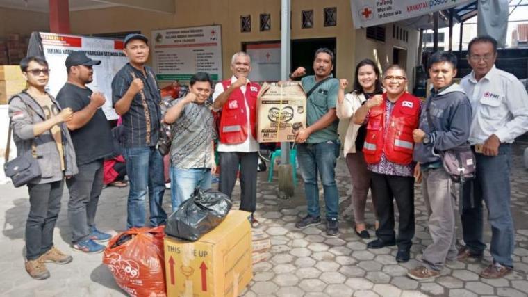 Wartawan yang tergabung dalam PWHC foto bersama usai memberikan bantuan untuk korban tsunami. (Foto: TitikNOL)