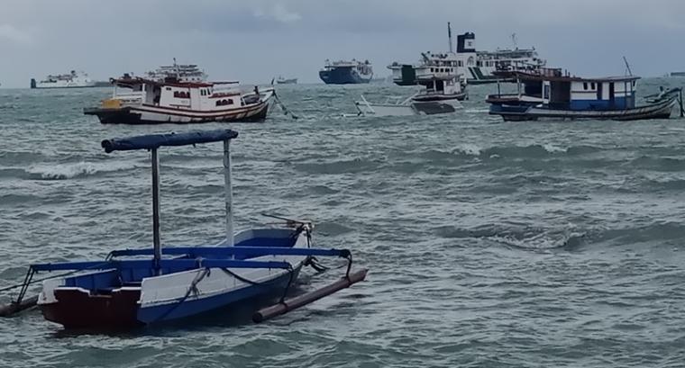 Perahu nelayan di Mabak terlihat tenggelam dihantam gelombang dan angin kencang. (Foto: TitikNOL)