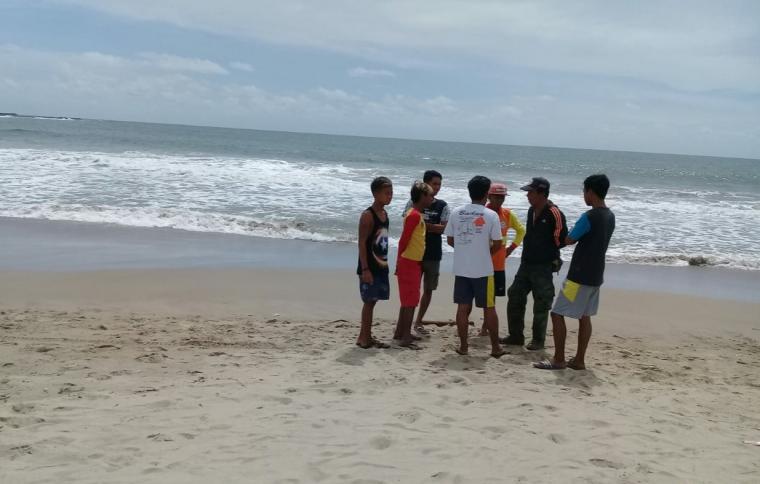 Tim Balawista Pantai Sawarna tengah menunggu kedatangan Tim SAR Basarnas. (Foto: TitikNOL)