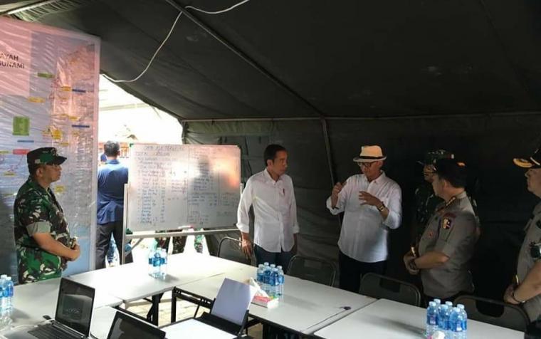 Presiden Joko Widodo didampingi Gubernur Banten Wahidin Halim posko penanganan pasca tsunami di Pandeglang. (Foto: TitikNOL)