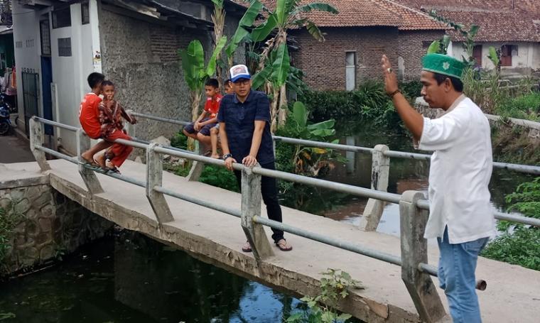 Anggota DPRD Cilegon Rahmatullah saat meninjau kali Pondok dan Kembang. (Foto: TitikNOL)