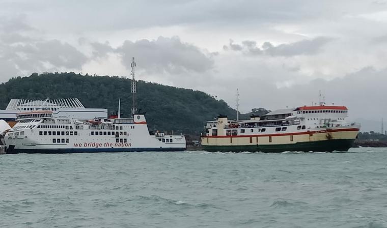 KMP Raja Basa terbawa arus dan nyaris nyenggol buritan KMP Batu Mandi yang sandar di Dermaga VI Pelabuhan Merak. (Foto: TitikNOL)