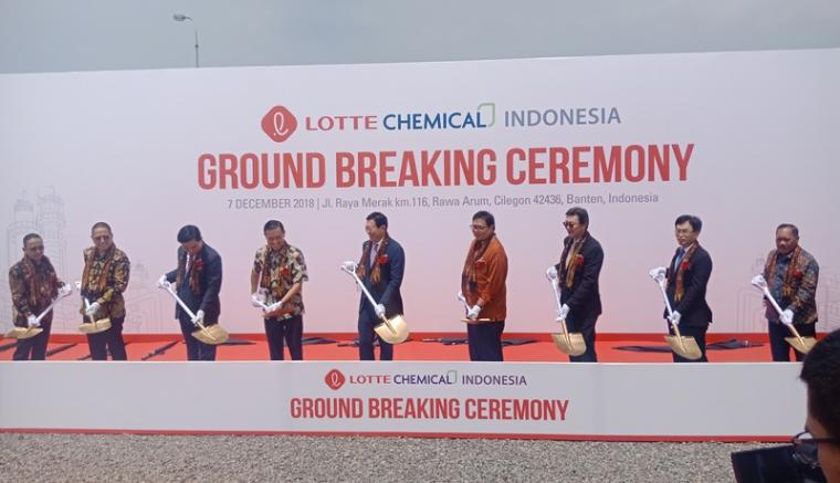 Menteri Perindustrian Airlangga Hartarto, Kepala Badan Koordinasi Penanaman Modal ( BKPM) Thomas Lembong ,Plt Walikota Cilegon Edi Ariadi saat menghadiri ground breaking PT Lotte Chemical Indonesia. (Foto: TitikNOL)