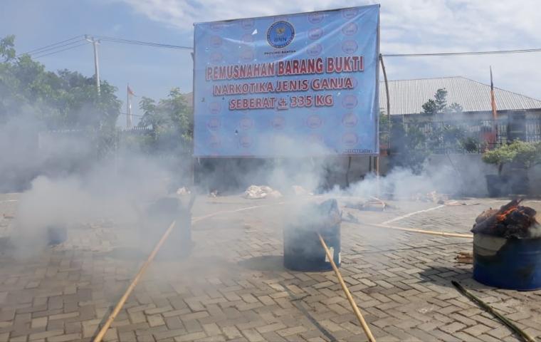 Usai gelar ekspos, BNN Banten langsung memusnahkan 355 kg ganja kering dari Aceh. (Foto: TitikNOL)