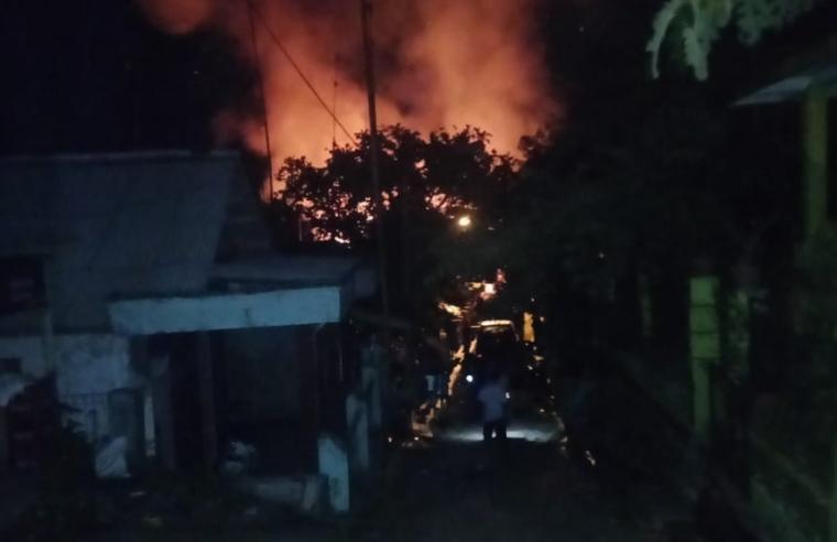 Tiga rumah milik warga di Kampung Pasir Peteuy RT01/RW01, Desa Cileles, Kecamatan Cileles Kabupaten Lebak, dilalap sijago merah sekira pukul 00.15 WIB, Selasa (18/12/2018) dini hari tadi. (Foto: TitikNOL)