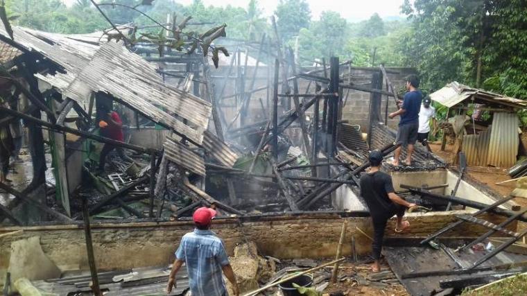 Rumah semi permanen yang terbakar milik Mu'min (45), warga Kampung Lebak Cempaka, Desa/Kecamatan Gunungkencana. ( Foto: TitikNOL)