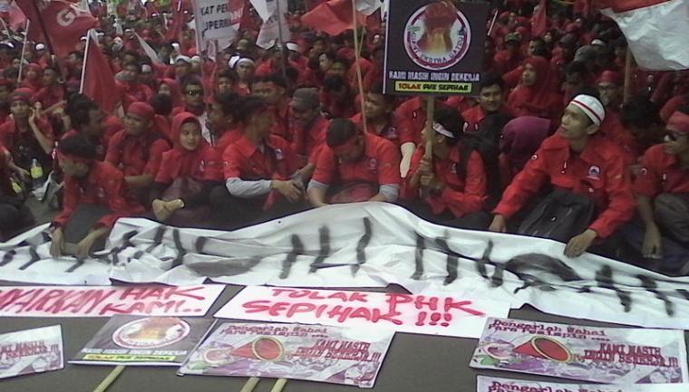 Karyawan PT Hero Supermarket saat melakukan unjuk rasa di Kantor Pusat PT Hero Supermarket Tbk, CBD Bintaro Jaya, sektor 7 Blok B7/A7 Pondok Jaya, Pondok Aren, Tangerang Selatan, Jum'at (11/1/2019). (Foto: TitikNOL)