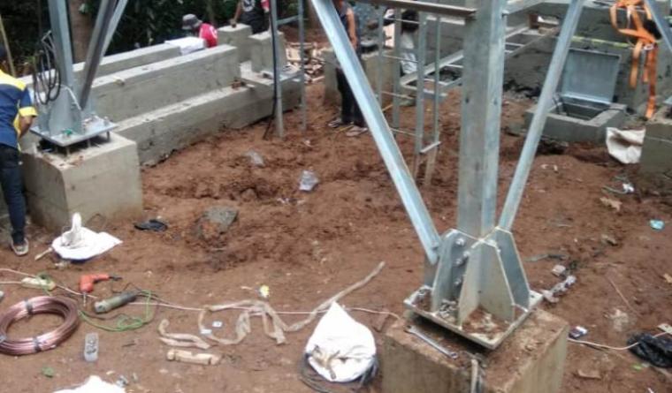Pembangunan menara tower BTS milik Simpati, di Kampung Gedong, Desa Mekarsari, Kecamatan Sajira, Lebak - Banten diduga tak kantongi IMB. (Foto: TitikNOL)