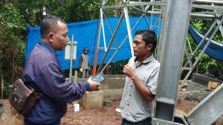 Pembangunan menara tower BTS milik Telkomsel, di Kampung Gedong, Desa Mekarsari, Kecamatan Sajira, Lebak - Banten tak kantongi IMB dihentikan petugas Satpol PP Lebak. (Foto: TitikNOL)