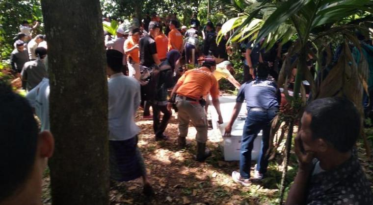 Suasana pemakaman lima jenazah korban tsunami selat sunda di Tempat Pemakaman Umum (TPU) Syekh Tb Buang Kadujuru, Karang Tanjung, Pandeglang. (Foto: TitikNOL)