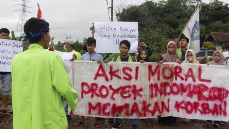 Sejumlah mahasiswa yang tergabung di Keluarga Besar Mahasiwa Warunggunung (KBMW) di depan pintu gerbang lokasi proyek gudang Indomarco. (Foto: TitikNOL)