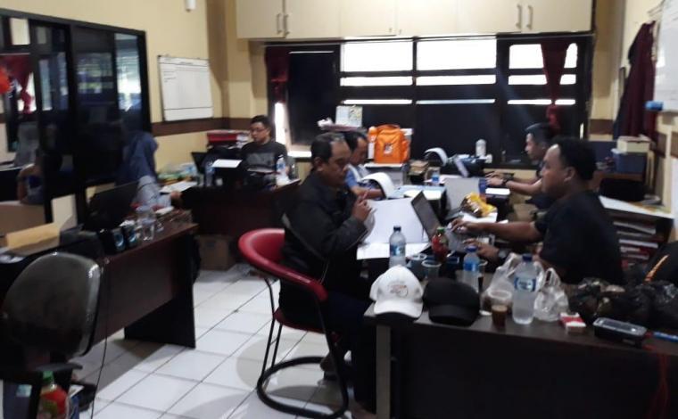 Pihak RSKM Cilegon saat menjalani pemeriksaan di ruang Unit Tindak Pidana Korupsi Satreskrim Polres Cilegon. (Foto: Ist).