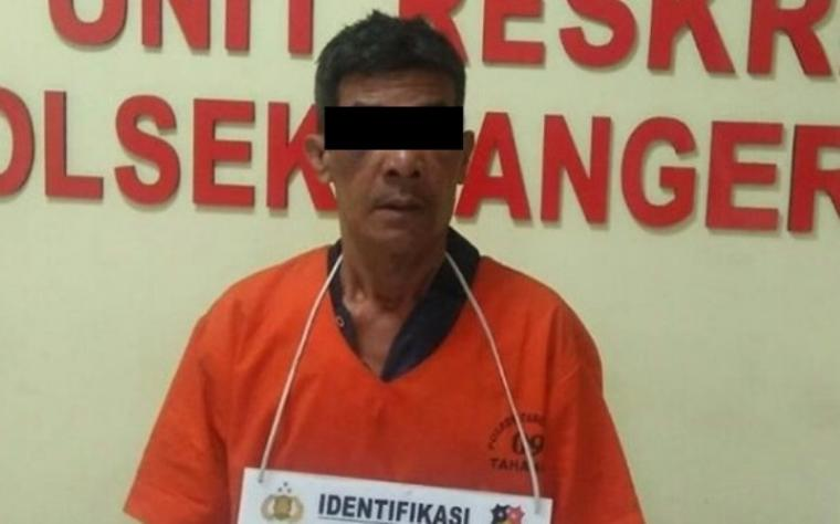 Naswier (50), pelaku penikam istri saat digelandang di Mapolsek Kota Tangerang, Polrestro Tangerang Kota. (Foto: TitikNOL)