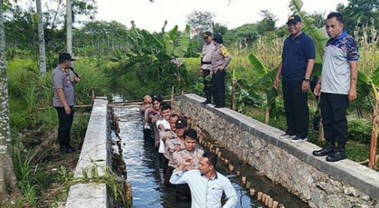Personil Polsek Cisauk, Polres Tangsel saat mewujudkan kegembiraan kenaikan pangkat dan penghargaan personil berprestasi. (Dok: Polres Tangerang Selatan).