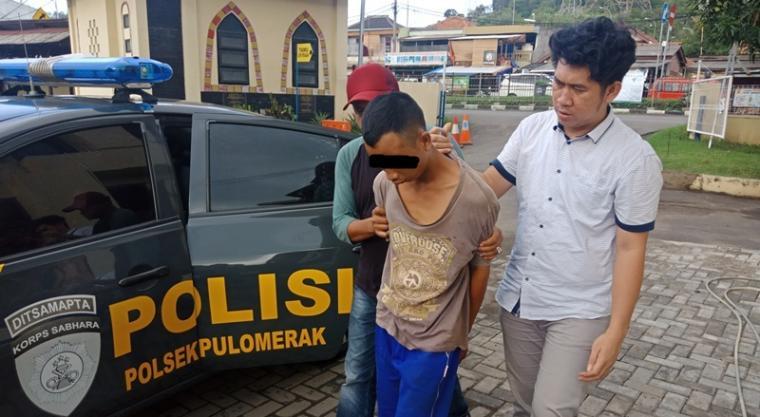 Pelaku pencurian saat digiring petugas ke Mapolsek Pulomerak. (Foto: TitikNOL)
