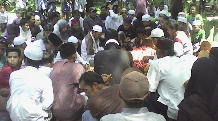 Warga Perumahan Bukit Nusa Indah, saat mengantarkan jenazah almarhum Matori Rasmadi (46), di Tempat Pemakaman Islam Gang Sukma, Serua, Ciputat. (Foto: TitikNOL)