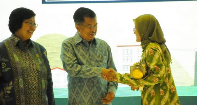 Bupati Lebak Iti Octavia Jayabaya saat menerima Penghargaan Piala Adipura dari Wakil Presiden Indonesia Jusuf Kalla di Auditorium Dr. Soedjarwo Gedung manggala wanabakti, Jakarta, Senin (14/1/2019). (Foto: TitikNOL)