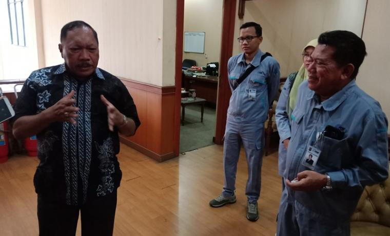 Plt Walikota Cilegon, Edi Ariadi memberikan keterangan kepada wartawan usai bertemu dengan Dirut PT KS, Silmy Karim.