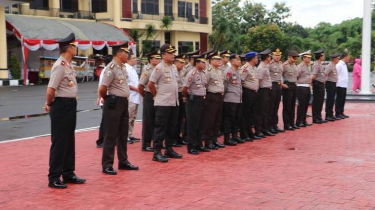 Upacara Korps Raport Kenaikan Pangkat Anggota Polri Polda Banten Periode 1 Januari 2019 di lapangan Apel Mapolda Banten, Rabu (2/1/2019). (Foto: TitikNOL)