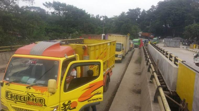 Kemacetan panjang yang didominasi oleh truk pengangkut bahan matrial hasil galian dari Kabupaten Tangerang.