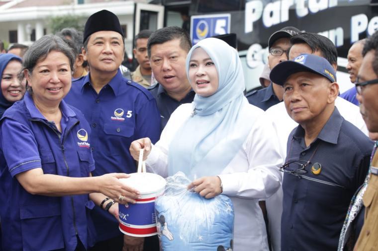 19 Armada milik Partai Nasional Demokrat (Nasdem), dari 38 Kabupaten/Kota berikan bantuan untuk korban tsunami di Kabupaten Pandeglang dari masyarakat Jawa Timur. (Foto: TitikNOL)