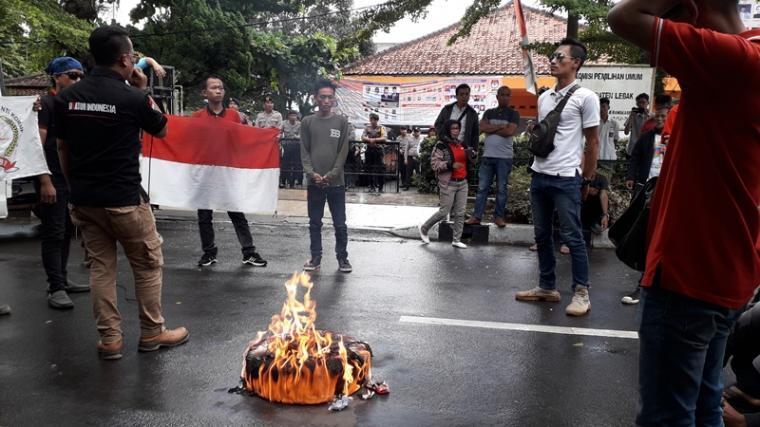 Sejumlah massa saat melakukan aksi unjukrasa di depan kantor KPU Kabupaten Lebak, Kamis (31/1/2019).