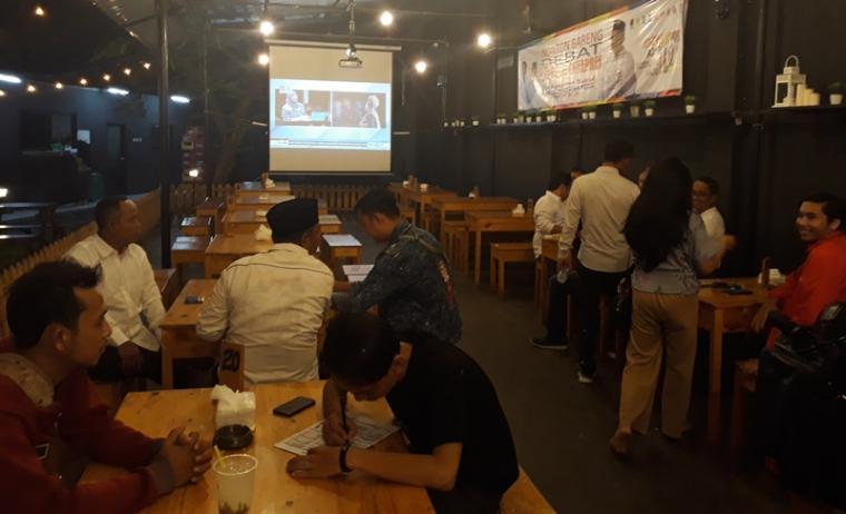 Tim Kampanye Daerah (TKD) Koalisi Indonesia Kerja Provinsi Banten nonton bareng atau nobar di salah satu cafe, di Kota Serang, Kamis (17/1/2019) malam. (Foto: TitikNOL)