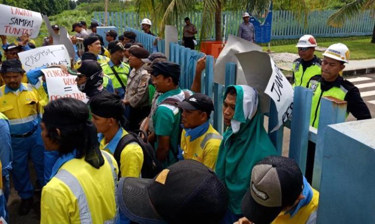 Demo buruh di PT NS BlueScope Steel Indonesia. (Foto: TitikNOL)
