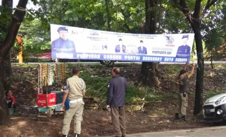 Pnenertiban Alat Peraga Kampanye (APK) di jalur protokol Kota Serang. (Foto: TitiKNOL)