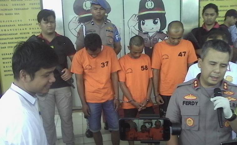 Kapolres Tangerang Selatan AKBP Ferdi Irawan saat memberikan keterangan pers di Mapolres Tangerang Selatan. (Foto: TitikNOL)