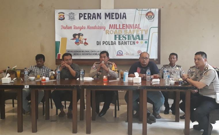 Foto bersama insan pers dengan personil Ditlantas Polda Banten dalam sosialisasi Millenial Road Safety Festival. (Foto: TitikNOL)