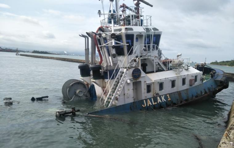 Kapal Tugboat Jalak 1 yang karam di eks dermaga kapal cepat Pelabuhan Merak. (Foto: TitikNOL)