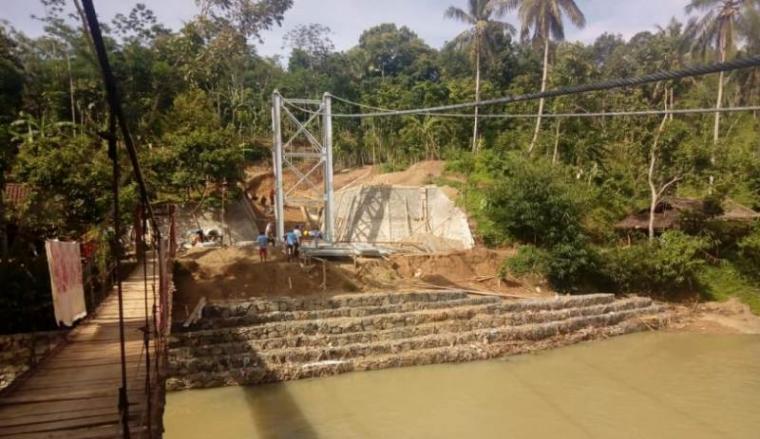 Jembatan gantung yang berlokasi di Kampung Nanggung, Desa Giri Jagabaya, Kecamatan Muncang, Kabupaten Lebak. (Dok: TitikNOL)