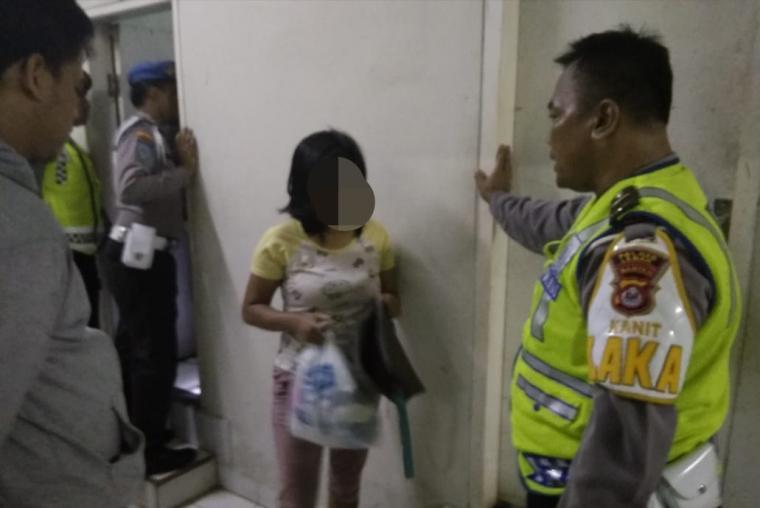 Salah satu pasangan mesum yang digerebek petugas di salah satu ruangan hotel. (Foto: TitikNOL)