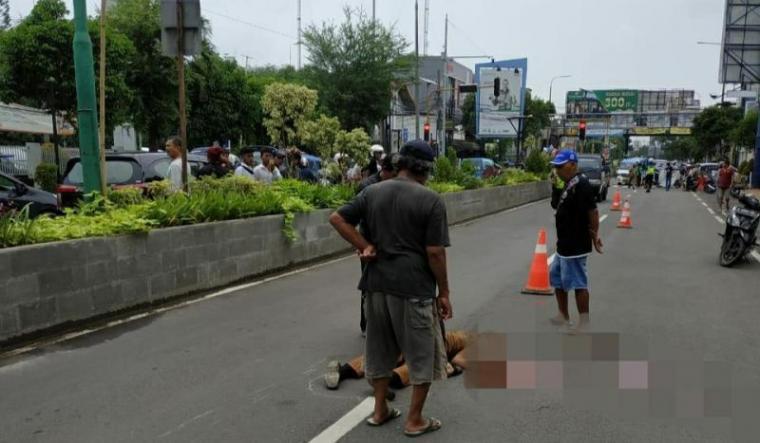 Pengendara motor bernama Siskananda Hari Perwira (44) seorang Aparatur Sipil Negara (ASN) yang diduga menjadi korban tabrak lari oleh kendaraan mini bus. (Foto: TitikNOL)
