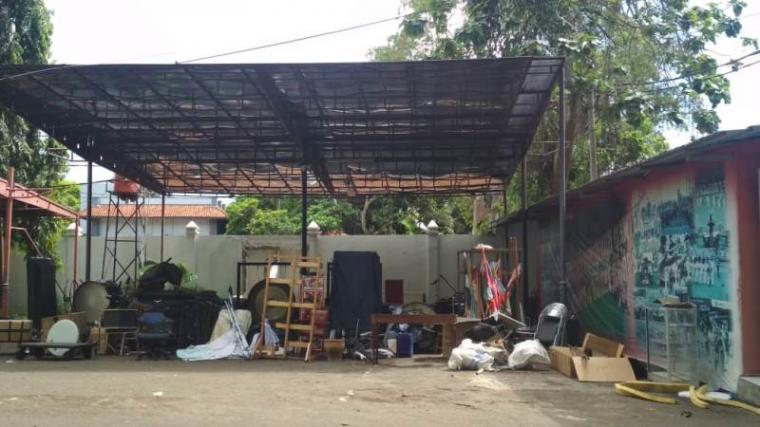 Peralatan gita surosoan Banten yang tergeletak di luar. (Foto:TitikNOL)