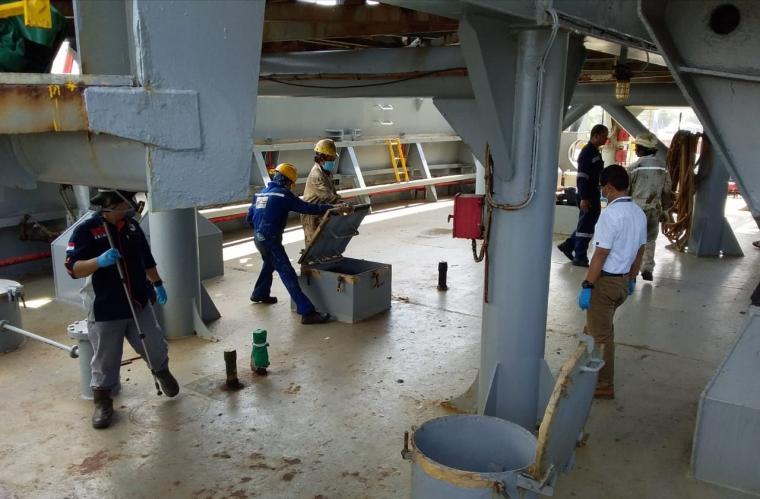 Polisi dari Polres Cilegon saat melakukan olah TKP di kapal MV Green Word.( Foto: Istimewa).
