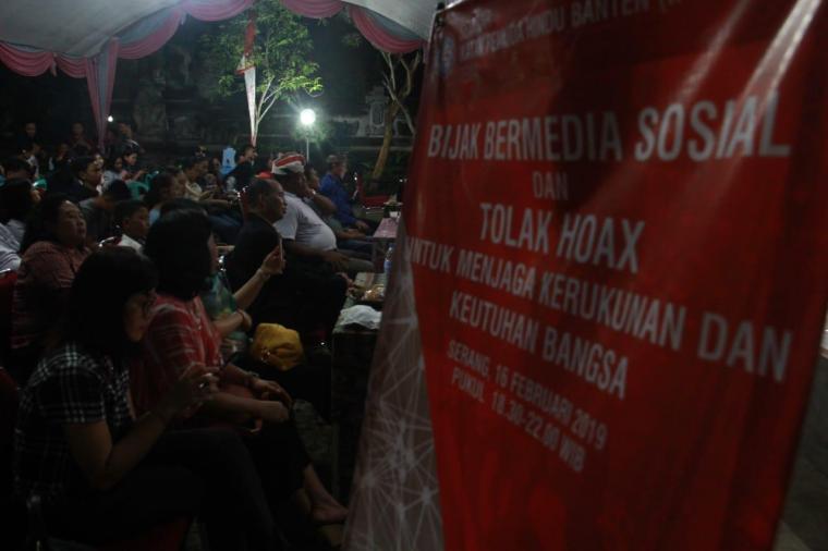 Suasana seminar dengan tema 'bijak bermedia sosial dan tolak hoax dalam menjaga kerukunan dan keutuhan bangsa' yang digelar di Balai Pura Eka Wira Anantha di Komplek Taman Kopassus, Kota Serang. (Foto: TitikNOL)