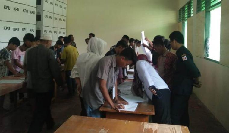 Pelipatan surat suara pemilu 2019, di gudang KPU Kota Serang di STIA Maulana Yusuf, Cinanggung Kota Serang. (Foto: TitikNOL)