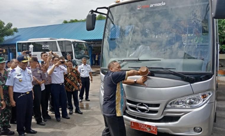 Plt Wali kota Cilegon, Edi Ariadi saat meresmikan peluncuran bus Trans Cilegon Mandiri di Terminal Seruni. (Foto: TitikNOL)